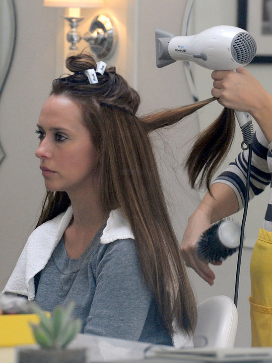 Jennifer Love Hewitt getting her hair extensions